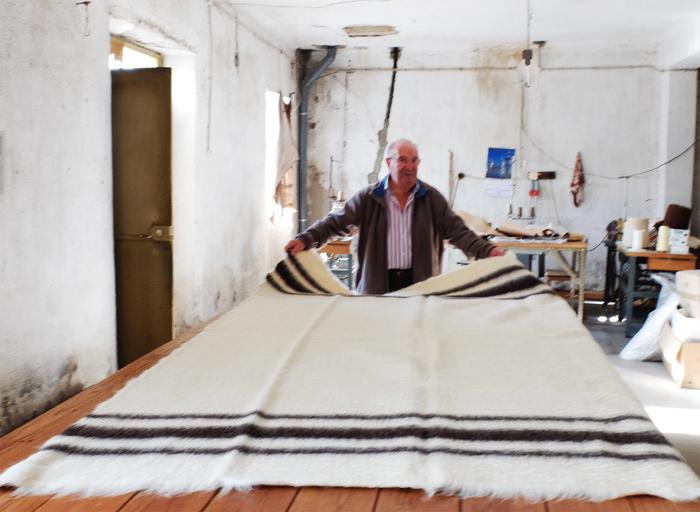 12世紀頃から作られ始めたという説もある伝統のブランケット。かつてはたくさんの工房があったそうですが、今はジョゼ・フレイルの工房を一つ残すだけ。100年前から使われている木製の織り機でつくられている「守り、伝えていきたい」手仕事です。  写真/ジョゼ・フレイルの工房