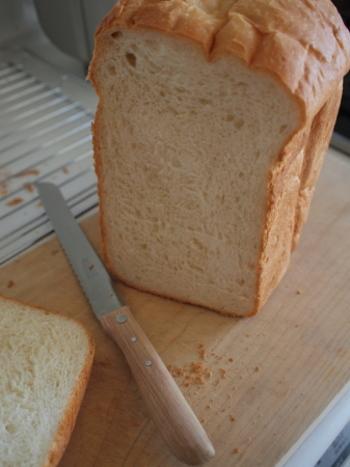 パンを好きな厚さにスライスできるのも、ホームベーカリーならでは。厚めにカットしてバターをたっぷりのせたり、薄くスライスしてイギリス風のモーニングにしてみたり。楽しみ方もいろいろです。