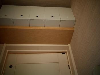 ファイルボックスを複数並べれば、トイレットペーパーのストックがなんと18ロールも収納可能。今まで、トイレの便器の後ろにこっそりと隠していたトイレの掃除道具なども、全てここへ一括してしまえば、空間を広く使うことが出来ます。