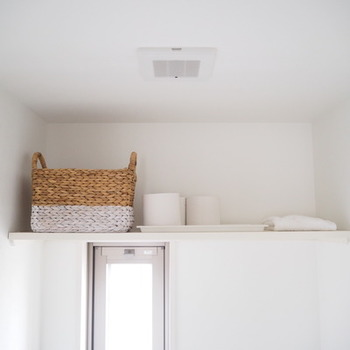 トイレの棚に注目してみましょう! 左から、生理用品、トイレットペーパーのストック、タオルの替え。 こちらのブロガーさんは、自分なりの見せる、隠すの基準を設けて、スッキリとした収納を実現! 生理用品は出来るだけ目につかないようにバスケットに、 トイレットペーパーは真っ白で見た目もシンプルなので、奥のロールを取り出しやすいようにトレーにそのまま収納、同じくタオルも白なのでそのまま置き、上から一枚づつ取るだけなので、あえてケースなどには入れないそうです。  狭い空間だからこそ、見た目や使い勝手を考えて、見せるのか、隠すのかを明確にし、さらに、どんな収納アイテムを使うのかを考えながら、スッキリとした居心地の良い空間を作り上げています。