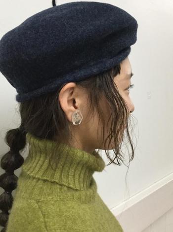 一本の毛束を複数のゴムで縛った玉ねぎヘア。遊び心のあるヘアアレンジで、ベレー帽のシックさをおしゃれにハズして。