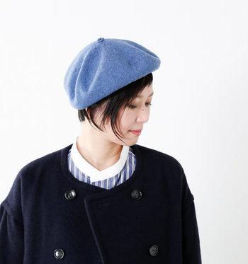 サイドの髪を残してからベレー帽を被ると、嬉しい小顔効果が♪ワックスで束感をつくることでモッサリ感もなくなります。