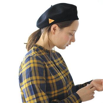 定番のひとつ結びでベレー帽を被るときは、サイドの髪を残してアンニュイに。かしこまり過ぎず、適度なカジュアルさが出てきます。