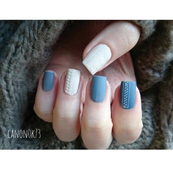 この時期にあえて選ぶ、ブルーとホワイトのアイシーな色合わせ。くすみ感のあるブルーが、ハンサムな女性らしさを演出してくれます。