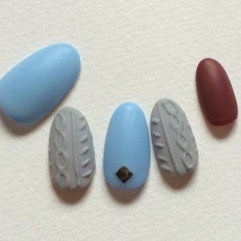 アーバンなニットネイルを実践したいなら、ブルー&グレーの組み合わせがいち押し。その2色と対照的なボルドーも加えれば、上級者っぽい技あり配色の出来上がり。