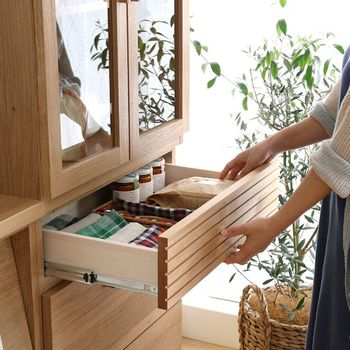 大きさの異なる3つの引き出しがついた「Rekit チェスト60」は、キッチンリネンやカトラリー、食品ストックの収納にもおすすめです。引き出しにはスライドレールが付いていたり、引き出し内部の底も木目調で仕上げていたり。機能面やデザインなど細部にまでこだわり、丁寧に作られています。