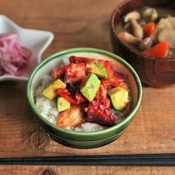 タコの他にも、具材で用意したアボカドとキムチを和えた丼。他にも色んなアレンジができそうなお役立ちレシピです。