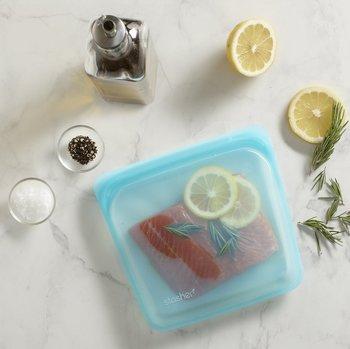 サーモンに味付けしたら、「stasher(スタッシャー)」に入れて、口を少し開けてオーブンへ。いつもよりしっとり仕上がったローストサーモンの出来上がり。