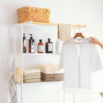 棚とハンガーバーが一体になったランドリーシェルフなら、洗濯機の上を洗剤やタオルの収納スペース、洗濯物の仮置き場として活用できますよ◎。カラーは爽やかなホワイトと、シックなブラックの2色展開。スチールフレームとナチュラルな天然木を組み合わせたおしゃれなデザインが、サニタリールームをスタイリッシュな雰囲気に演出してくれます。