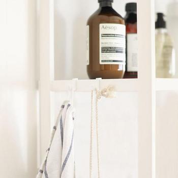 シェルフに付属品のフックをつければ、横のスペースも収納場所として有効活用できます。タオルや洗濯ネットを引っ掛けておいたり、お掃除グッズの収納場所として活用したり。アイディア次第で様々な使い方が楽しめそうですね。