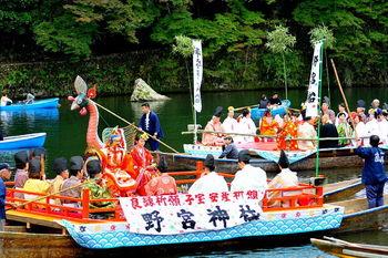 紅葉以外にも楽しみたいという方には、毎年、11月の第2日曜日に開催される「嵐山もみじ祭」に狙いを定めてみてはいかがでしょうか。 嵐山のお寺や神社などが桂川に舟を浮かべ、伝統芸能などが披露されますよ。詳細は、観光サイトなどでチェックしてみてくださいね。