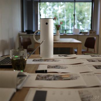 ステルトンは1960年代にデンマークで誕生したステンレスメーカーです。「バキュームジャグ」は、1977年にエリック・マグヌッセンがデザインしたもので、ステルトン社のロングセラーアイテムです。