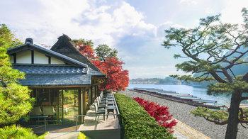 嵐山で優雅なひと時を楽しみたい方は、マリオット・グループが運営するホテル「翠嵐(すいらん)ラグジュアリーコレクションホテル 京都 」の中にあるカフェ「茶寮 八翠」を予約するのがおすすめ。テラス席では嵐山と保津川を一望できます。