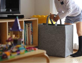 ジャンル毎に分けたら、①を遊ぶ場所の近くへ。②は子ども部屋などいつも遊ぶ場所の近くに収納できない時は、子ども部屋など離れた場所へ移動させます。  定位置を決める際のポイントは、親が勝手に収納場所を決めてしまうのではなく、子どもが取り出しやすい場所、どこに置きたいか相談しながら決めるといいですね。定位置は使ってみて使いづらいようなら見直しも必要です。  ここで大切なことは、1度断捨離したからと油断してはいけません。常にモノは増え続けています。おもちゃが収納場所から溢れてきたら、ステップ1に戻る。モノの見直すサイクルを作ることが、すっきりを保つ秘訣です。