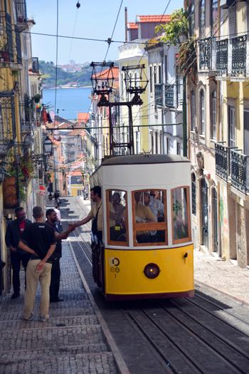 友人や家族を大切にしながら、シンプルに暮らすポルトガルには、私たちを引き付ける魅力がたくさん詰まっています。  今回はそんなポルトガルに注目して、丁寧につくられた手仕事の品を日本に届けている「CASTELLA NOTE」を紹介します。  写真/首都のリスボン。可愛らしい町並みにどこかのんびりとした空気感があります。