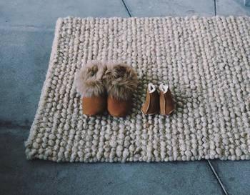 """ポルトガルで生まれた手仕事の品の一番の魅力は、手の感触が """"ざらり""""と残るような""""温かみ。 効率を重視すると失われる、気の遠くなるような手仕事が暮らしの中で奇跡的に残っています。  写真/ポルトガル北部のミランデラ地方でFatima Gomesが織り続けているウールのラグ。地元で生産された羊毛を紡ぐところから作られています。"""