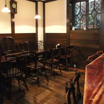 喫茶室は1・2階に(2階は喫煙可)。 席の間は決して広いとは言えないけれど、木の腰壁、ウィンザーチェアと、シックで落ち着く空間です。