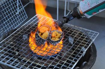 札幌二条市場の「二条食品」では、ウニや牡蠣などの海鮮をイートインコーナーで食べることができます。