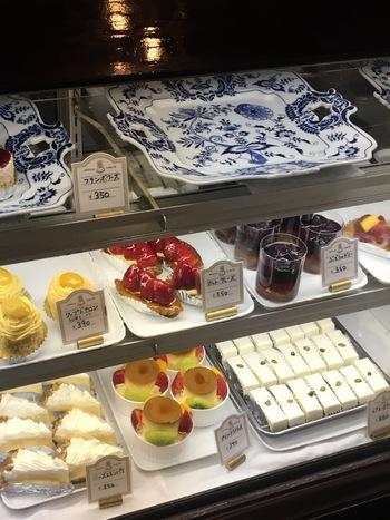 入口からすぐの場所にあるショーウィンドー。 常時、生菓子は約20種類、焼菓子は10種類ほどを提供しているそうですが、店内に入るとあっという間になくなっていく様子がよくわかります。