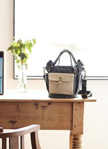 「フォルナ」の今季いち押しのバッグは、定番バケツ型の2wayバッグをアレンジしたモデル。 フラップ付きのスエード素材の大きなポケットがポイントです。 秋冬のカジュアルスタイルにぴったりですが、こちらのバッグにも見た目以上に便利に使える機能がつまっています。