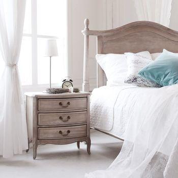 エレガントで上品なデザインの「SHABBY CHIC」シリーズは、収納家具のほかにベッドやデスクも展開しています。ぜひお気に入りの家具を揃えて、ベッドルームや書斎をおしゃれで快適な空間にしてみませんか?