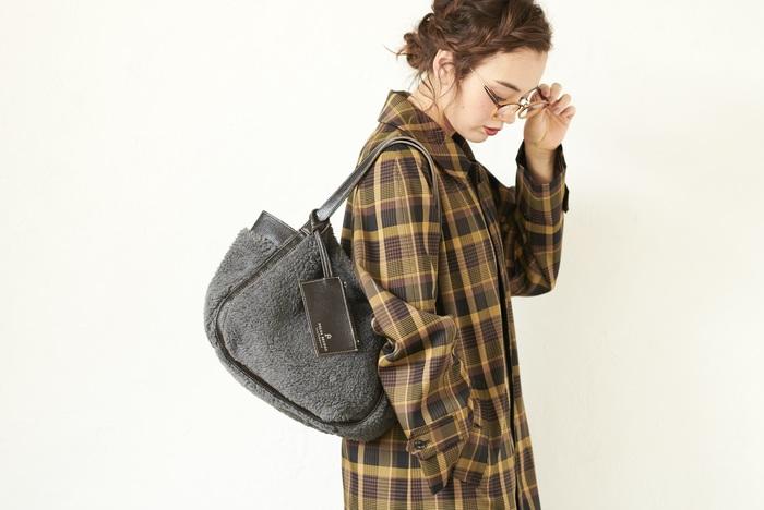 気軽に毎日使えるバッグを提案するセカンドラインの「FOLNA SECOND(フォルナセカンド)」。 程よくトレンドを取り入れたカジュアルなバッグがそろいます。 トレンドのフェイクファーを使ったトートバッグは、持ち手は本革を使っているので安っぽく見えません。
