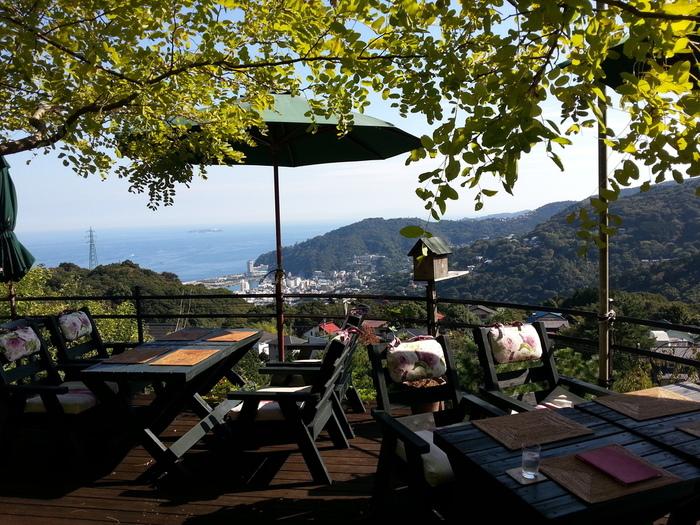 高台にあるお店のテラスからは、山と海の絶景が望めます。晴れた日は初島も見えて、映画のワンシーンのようです。人気ドラマの撮影で使われたこともあるんですよ。