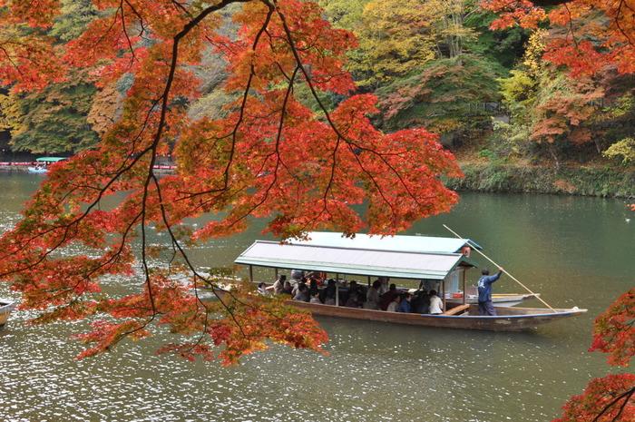 嵐山のシンボルといってもいい渡月橋(とげつきょう)の背景に、赤はもちろん黄色やオレンジに色づいた葉がグラデーションのように広がるダイナミックな景色は、ここならでは。舟から見上げるすというのも風流…予算や時間に余裕のある方は保津川下りもどうぞ。