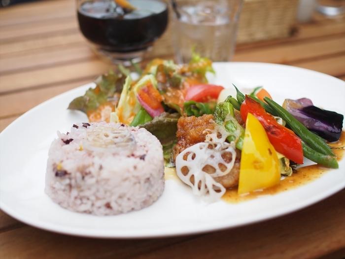 熱海や伊豆半島の地場野菜や果物、千葉の九十九里や静岡の函南で栽培された無農薬野菜をランチでいただけます。こちらは、ハンバーグに季節野菜のソテーを添えたランチセット。お野菜のみずみずしさと素材の味が際立っています。
