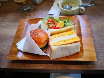 平日限定の「2種のサンド」は、グリル野菜&チーズと、こだわりのたまごで作る甘いたまごサンドのセット。生産農家さんから仕入れているお野菜は、どれもおいしいと評判。お野菜メインでもボリュームがあって、おなかいっぱいになりますよ。