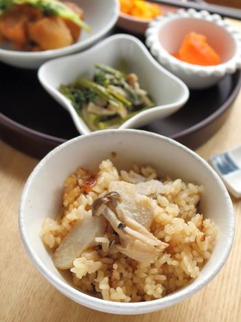 里芋の炊き込みご飯、挑戦したことありますか?意外な美味しさに驚きますよ!里芋のとろみがご飯を美味しく引き立ててくれます。