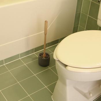 """どんなにトイレ空間を素敵に演出しても、掃除道具だけがインテリアに馴染まない…そんな時って結構ありますよね。 """"イリス・ハントバーク""""のトイレブラシは、オイルドバーチの木製ハンドルに、石素材(コンクリート)の受け皿がとてもナチュラルな印象。 お洒落なトイレブラシなら、あえて隠すことなく、インテリアの一部として楽しめますね!"""