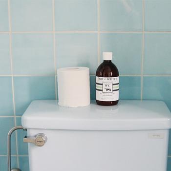トイレ用の洗剤は、良く使うものだからそのまま置いて置きたい…そんな人も多いのでは?でも、パッケージによって生活感が出てしまうものも多いですよね。 見た目がとってもお洒落なボトルの洗剤をチョイスしたり、100円ショップなどのお洒落なボトルに詰め替えたり、ちょっとした工夫で、お洒落な空間に…。