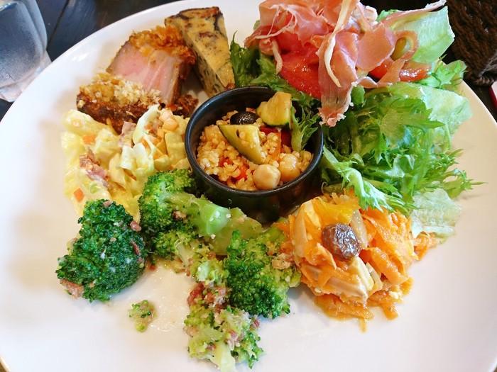 イベリコ豚のローストやハム、クスクス、サラダがワンプレートになった『タパスランチ』。パンとスープが付きます。 ランチには『パエリア』メニューもありますよ♪
