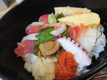 仙台朝市を代表するお店「朝市食堂 しょう家」。ボリューム満点の海鮮丼が、お新香・小鉢・味噌汁付きで500円でいただけます。焼き魚の「朝市定食」もありますよ。