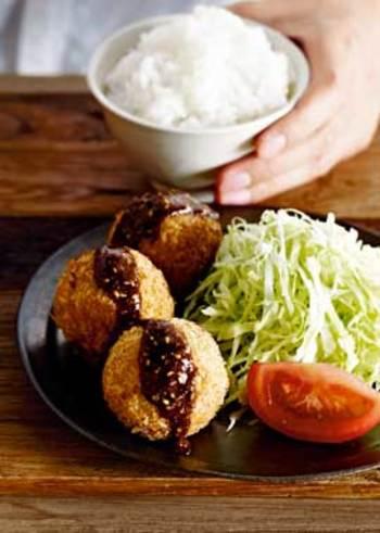 里芋を使うのでよりクリーミーな食感が楽しめるコロッケです。お子さんが喜びそうなこんな主役級おかずも里芋で出来ます。じゃがいもとはひと味違った美味しさを楽しんで。