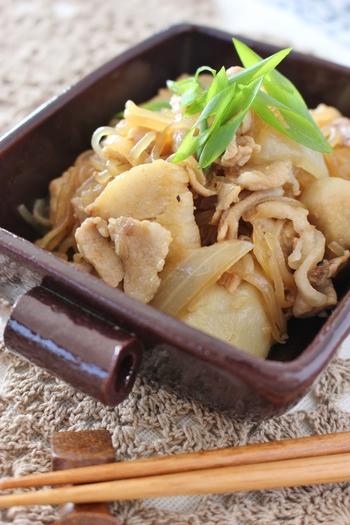 煮物だけじゃなく、炒めものにしても里芋は美味しいですよ。電子レンジで加熱して、時短をするのもポイントです。甘辛い味付けが食欲をそそります。