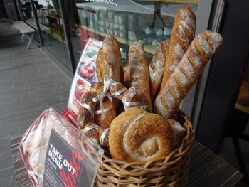 ベーカリーも完備。日々、パンの焼き上がり時間がお店の前に提示されます。