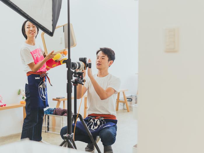 写真家の鈴木心さんとスタッフの末松早貴さん
