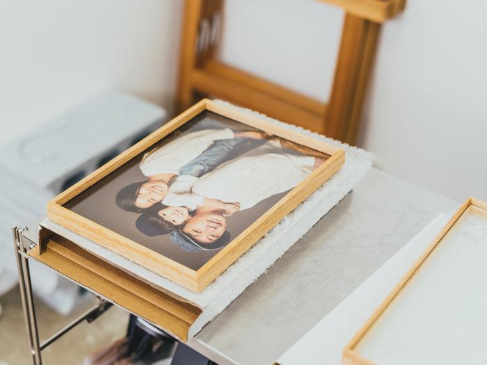 撮影料はプリントとデータ各1枚、木製額をすべて含む44,800円(税抜)。プリントには、豊かな階調と質感が美しいドイツ製ハーネミューレの紙を使用。額の装飾は最低限にして、写真の魅力をより引き立てる