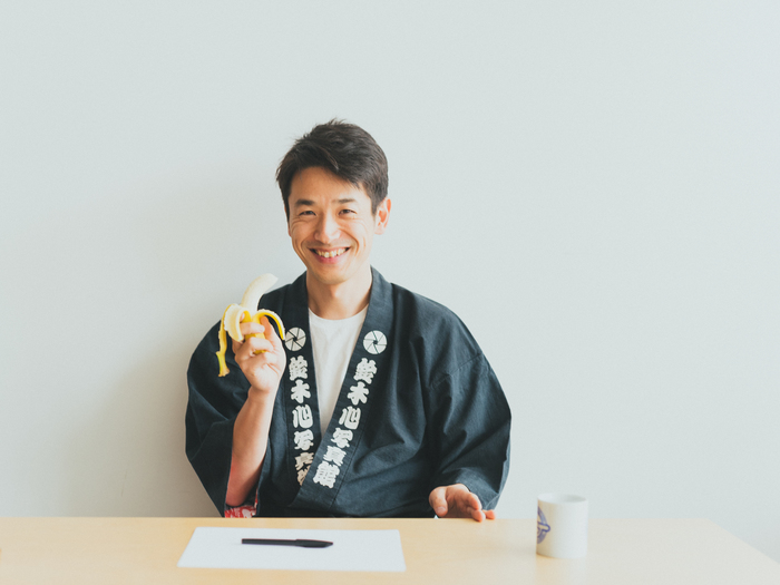 撮影中の真剣な表情と変わり、親しみやすい笑顔の持ち主である鈴木さん。日課であるバナナを朝ごはんに