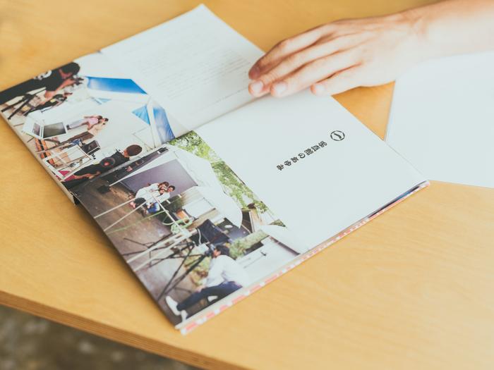 自費出版『鈴木心写真館のあゆみ』。2011年から7年間の写真館の軌跡が紹介されている。160ページの大ボリュームで、写真館に関わったスタッフやお客さんの声、鈴木さんの思いを掲載している。こちらはオンラインショップで発売中