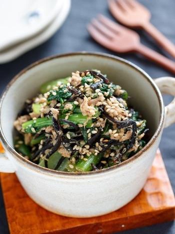 小松菜とひじきをたっぷり摂れる栄養満点レシピです。小松菜の苦味が得意でない方は、かつお節を1袋加えるといいそうですよ。火を使わず、レンジだけで出来るのも嬉しいポイント。冷蔵で2〜3日、冷凍で30日保存できます。