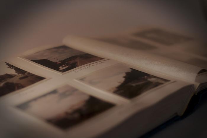 カレンダーや手帳、アルバムなどを見返してみると、どんなことが起こったか、より鮮明な記憶が蘇ってきます。日記などをつけていない人でも、スマートフォンのカメラロールを眺めてみるといろいろなことが思い出されますよ。