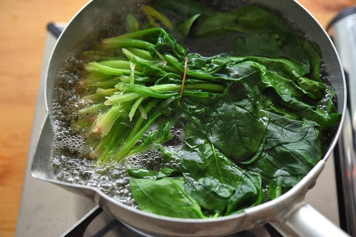 鉄分豊富なほうれん草。女性ならこの時期特に意識して食べておきたい旬野菜の一つ。ほうれん草を美味しくゆでておけば冷凍庫で約一ヶ月保存できます。ポイントは塩の量と根を残して茹でること。この機会にしっかり覚えて美味しくいただきましょう。