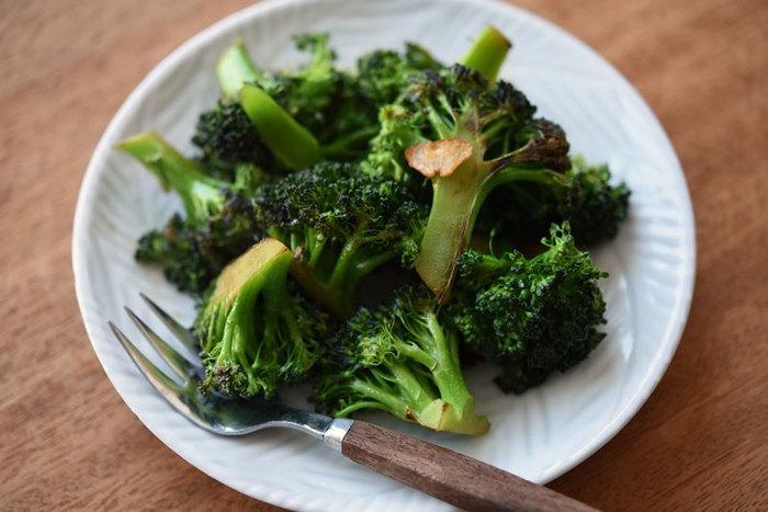 ニンニクとブロッコリーを炒めた後お醤油をまわしかけ香ばしさを出したブロッコリーのにんにく醤油炒めは、食卓やお弁当の彩りとしても活躍してくれる一品です。