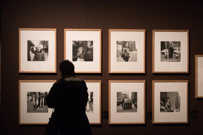 1950年代~90年代のニューヨークやシカゴの人々や街並を撮った作品は、一流の写真家も太鼓判を押すほどの超一流のクオリティだったのです。彼女の作品が発見されてからは世界中で写真展が開かれ、写真集も出版され一躍注目の写真家となりました。