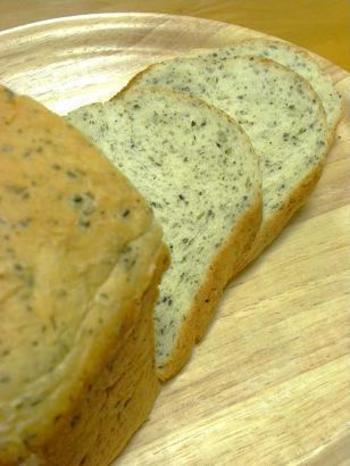 胡麻とバジルが入った香り高い食パンです。胡麻は投入するときに手で捻りながら入れるとフレッシュな味わいが生まれます。
