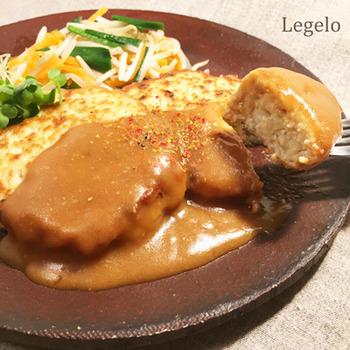 豆腐が入ったふわふわハンバーグに、白ねりごまを加えたコクのある醤油タレをかけていただくレシピです。多めの油でしっかり焼いて、外をサックリ、中はふんわりに仕上げるのがポイントです。