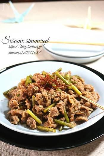 牛肉とにんにくの芽でしっかりスタミナがつきそうなこちらのおかずには、すりごまもたっぷり。甘辛味でごはんもすすみます。フライパン一つで出来るのでとっても簡単ですよ。